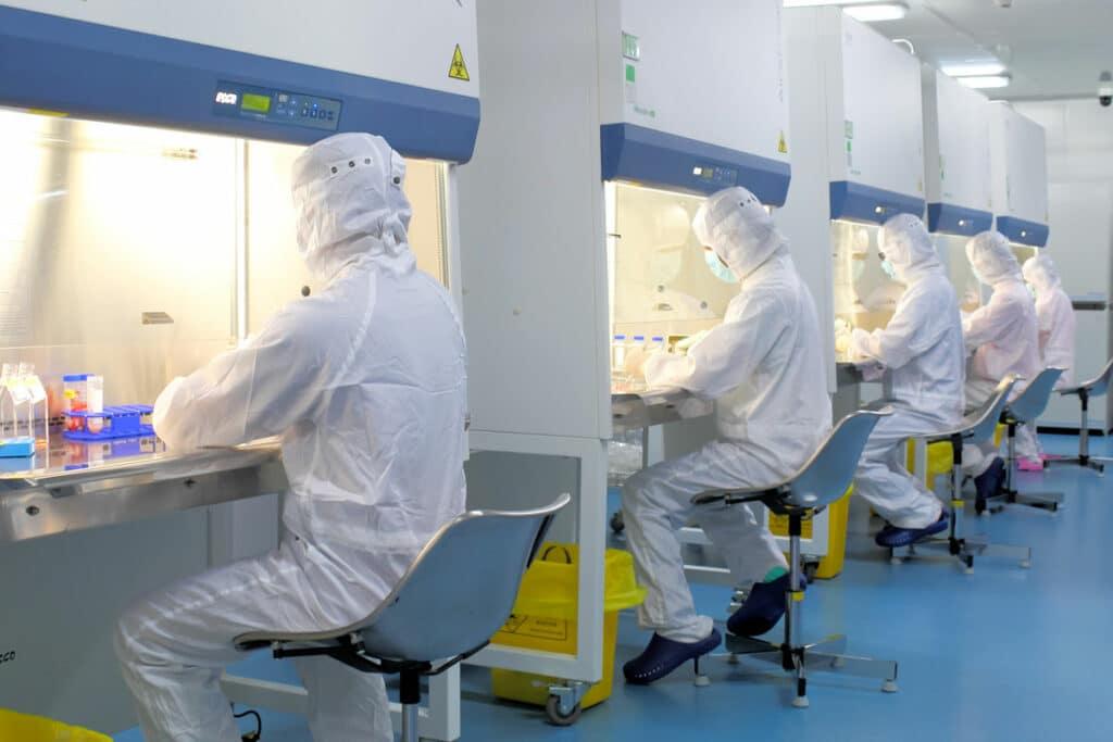 實驗室工作人員在北科 GMP實驗室處理臍帶血