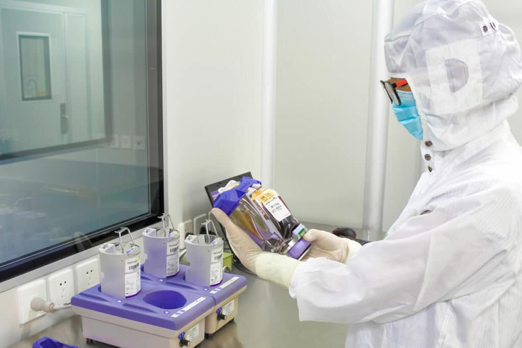 在北科實驗室測試幹細胞小包的技術員